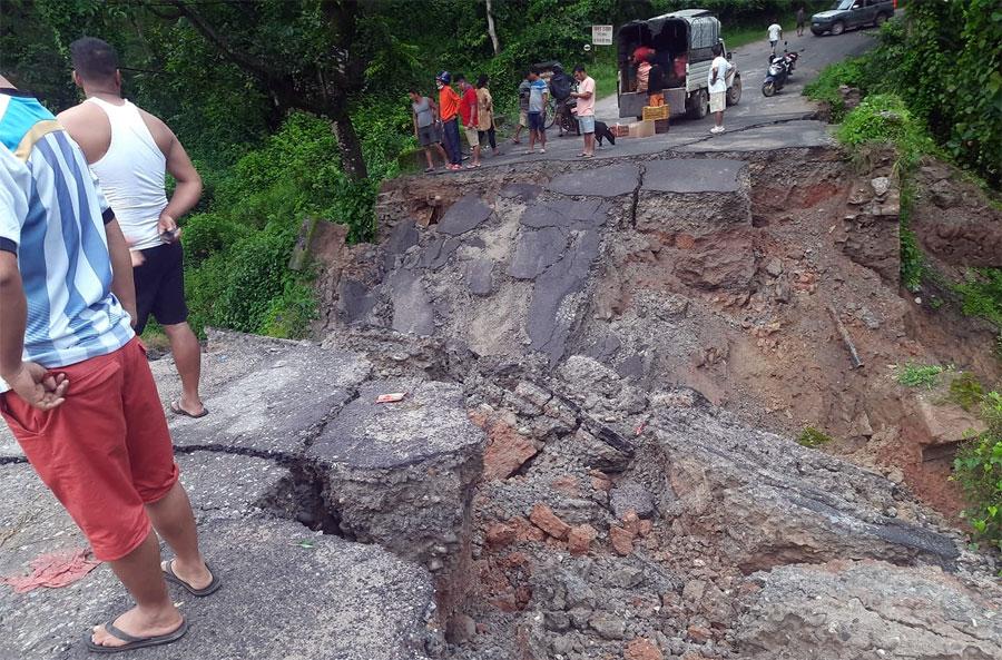 नुवाकोटमा पुल भासिँदा यातायात अवरुद्ध