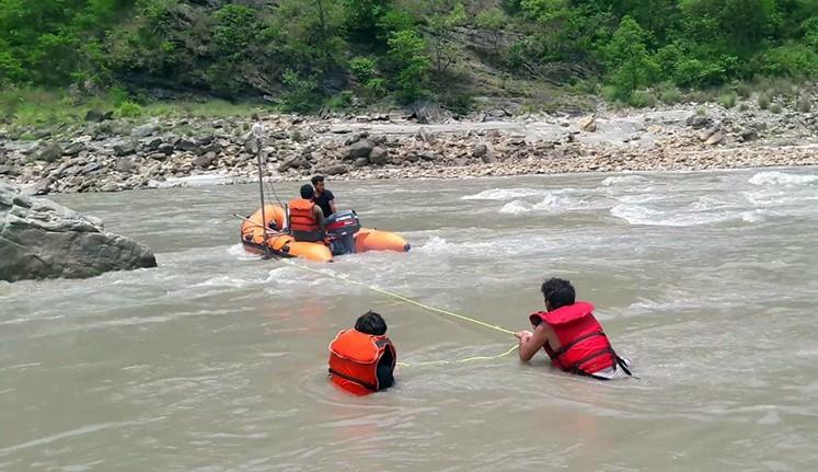 कर्णाली नदीमा डुंगा दुर्घटना हुँदा ३ जना बेपत्ता